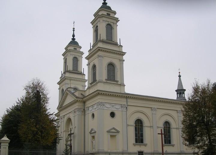 Boczna_fasada_kościoła,_Praszka