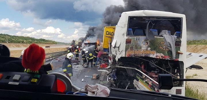 PILNE! Zderzenie autokaru i dwóch ciężarówek w Bogusławicach!