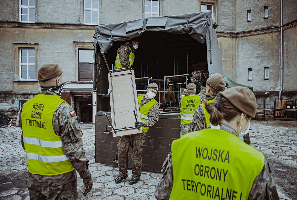 Pomoc żołnierzy po pożarze szkoły w Lublińcu