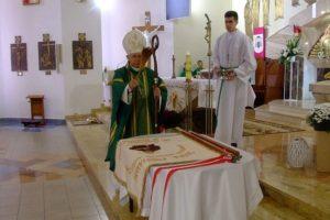 Abp Wacław Depo poświęcił  sztandar szkoły im. św. o. Pio w Winownie
